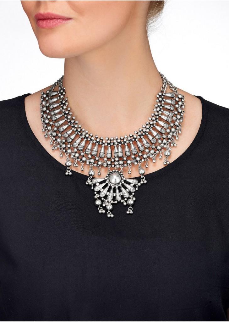 kolia-z-metalowymi-perelkami